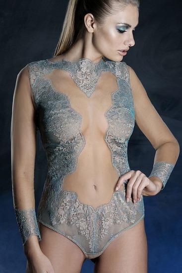 Abbildung zu Body mit Swarovski (YH 158) der Marke Prelude aus der Serie La Traviata