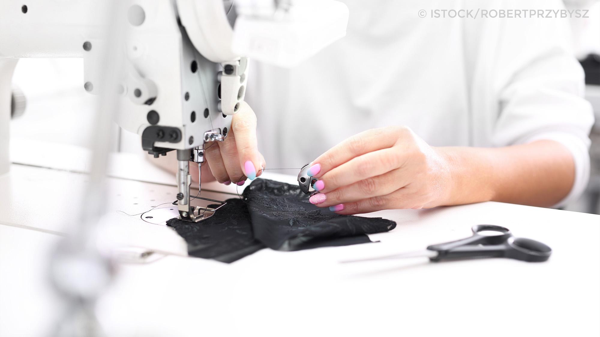 Frau mit Nähmaschine in der Textilindustrie