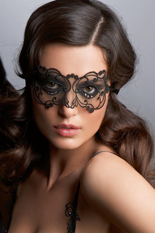 Die Maske für die Person aus dem Eiweiß und der Gurke