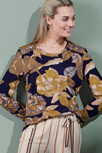 Abbildung zu Waona Gwyneth Top Long Sleeve (401740-307) der Marke ESSENZA aus der Serie Loungewear 2021-2