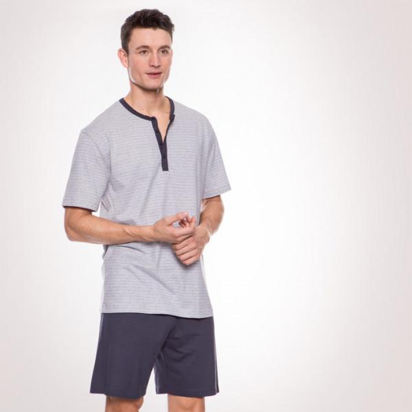 Thomas mit einem Pyjama von Calida
